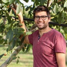 Toujours dans les champs, Ludovic est en charge de la production des noix !