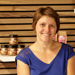 Dorothée transforme des produits à base de noix bio à la ferme